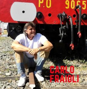 Carlo fraioli au dessus du desert blanc